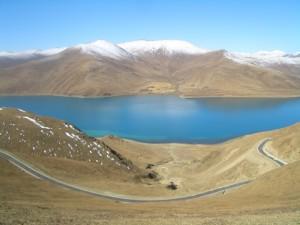 ヤムドク湖 正面 水色